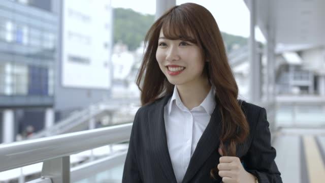ビジネス街を笑顔で歩くビジネスウーマン - 美人点の映像素材/bロール