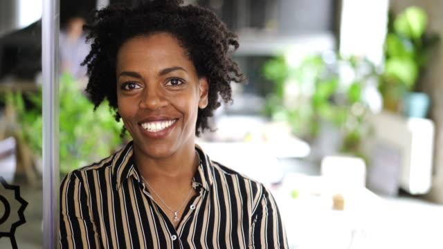 affärs kvinna bär stort leende - 35 39 år bildbanksvideor och videomaterial från bakom kulisserna