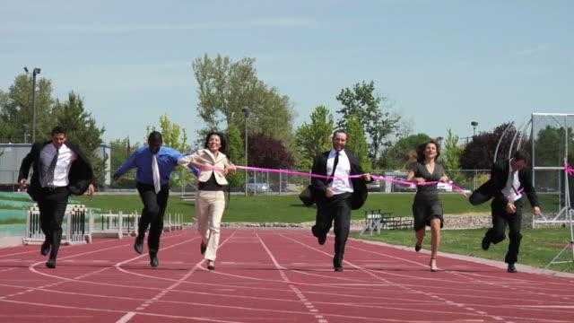 donna d'affari di successo di una corsa - competizione video stock e b–roll