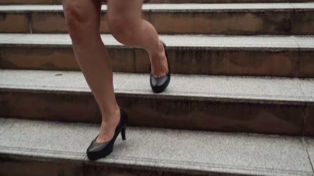 街の階段を歩くハイヒールの靴を持つビジネスウーマン - 階段点の映像素材/bロール