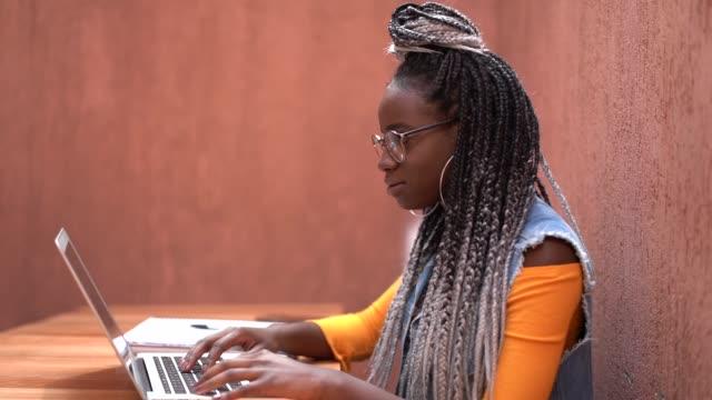 vídeos de stock, filmes e b-roll de mulher de negócios, trabalhando a distância com laptop - college people laptop