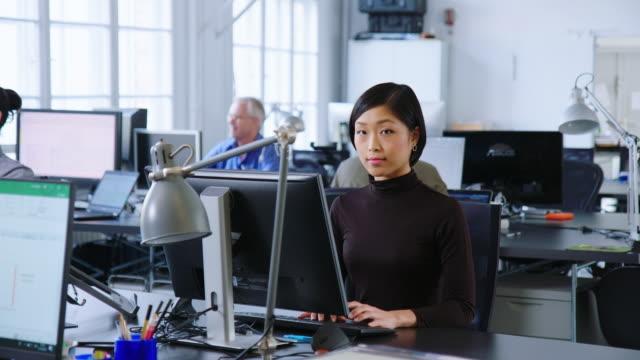 オープンプランのオフィススペースで働くビジネスウーマン - パソコン 日本人点の映像素材/bロール