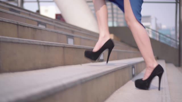 business-frau beine verstärkt auf treppe schritt in der stadt. - mittelstufenlehrer stock-videos und b-roll-filmmaterial