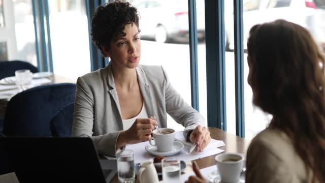 donne d'affari che si incontrano al bar - pranzo video stock e b–roll