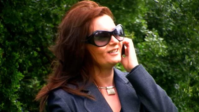 stockvideo's en b-roll-footage met business women on mobile - ridderlijkheid