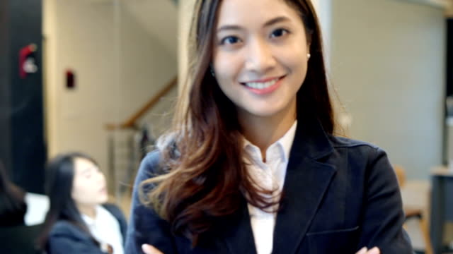 vídeos de stock, filmes e b-roll de mulheres de negócios sorrindo feliz por trabalhar - ásia