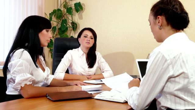 ビジネスの女性が協力 - レポートのビデオ点の映像素材/bロール