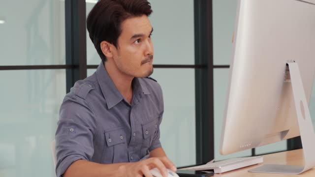 オフィスで深刻な顔をして仕事をするビジネス。 - パソコン 日本人点の映像素材/bロール