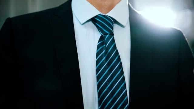 vídeos y material grabado en eventos de stock de empresario ajuste de brida - corbata
