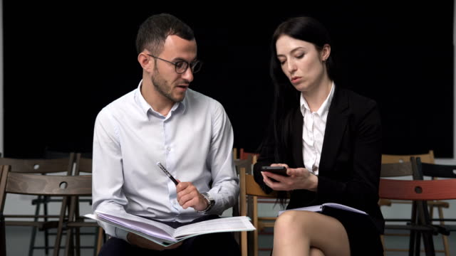 businessman and businesswoman discussing something - coinvolgimento dei dipendenti video stock e b–roll