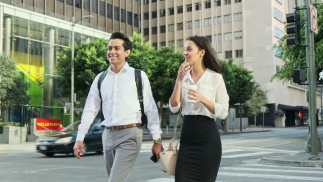 Zakenman en zakenvrouw onderweg video