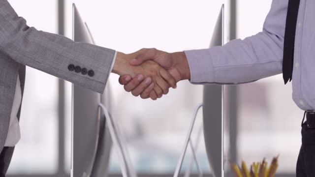 vídeos de stock e filmes b-roll de businessman and businesswoman shake hands. - sudeste asiático
