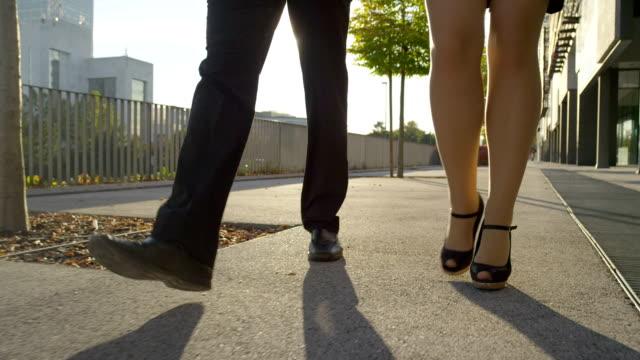 クローズアップ:ビジネスマンやビジネスウーマンの朝の散歩に ビデオ