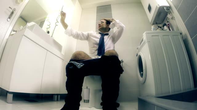stockvideo's en b-roll-footage met zakenman en selfie - cell phone toilet