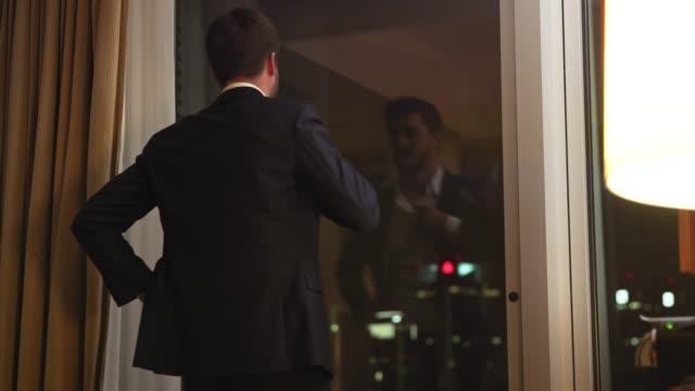ホテルの部屋に到着するビジネスマン - テーブル点の映像素材/bロール