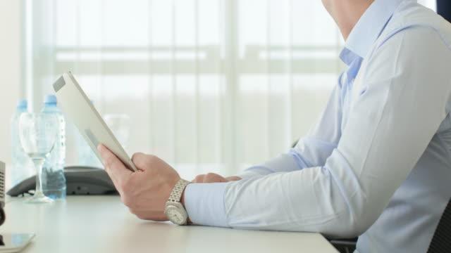 businessman asking professional advice in office - jasno oświetlony filmów i materiałów b-roll