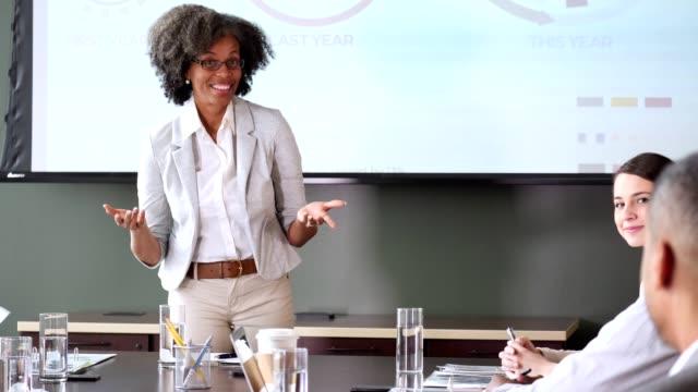 vídeos y material grabado en eventos de stock de empresario pregunta durante la reunión - faq