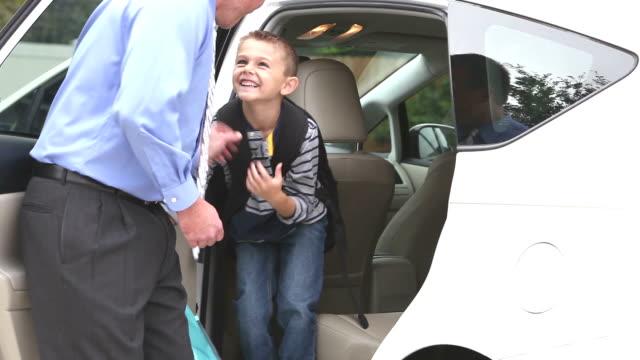 Geschäftsmann bringt junge nach Hause von der Schule – Video