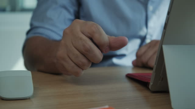 geschäftsmann geschäftsmann mit computer unter dem druck der stress im büro - geduld stock-videos und b-roll-filmmaterial