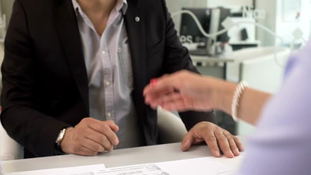 vídeos de stock, filmes e b-roll de empresário compra apartamento novo e agitando as mãos com corretor feminina no escritório - assistente jurídico