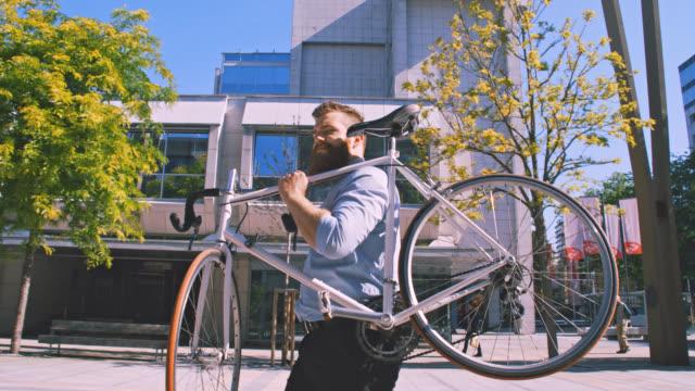 ms businessman bär sin cykel på gatan - kostym sida bildbanksvideor och videomaterial från bakom kulisserna
