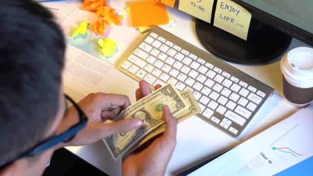 商人檢查他的錢包 - 銀包 個影片檔及 b 捲影像