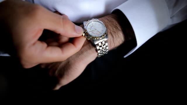 vídeos de stock, filmes e b-roll de empresário verificando o tempo - extravagância