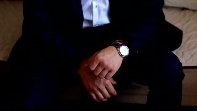 ビジネスマンの時計から時間をチェック - マネージャー点の映像素材/bロール