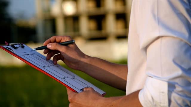 businessman checks construction project - ispettore della qualità video stock e b–roll