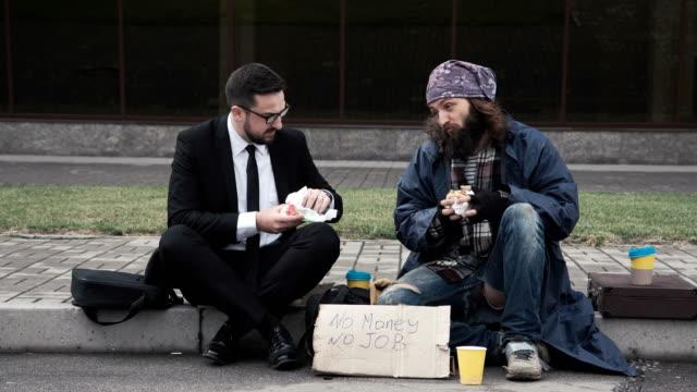ホームレスとの通信の実業家 - 不吉点の映像素材/bロール