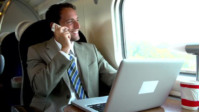 Homme d'affaires se rendant au travail à l'aide de téléphone Mobile - Vidéo