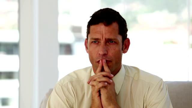 uomo d'affari confuso e premuroso - quarantenne video stock e b–roll