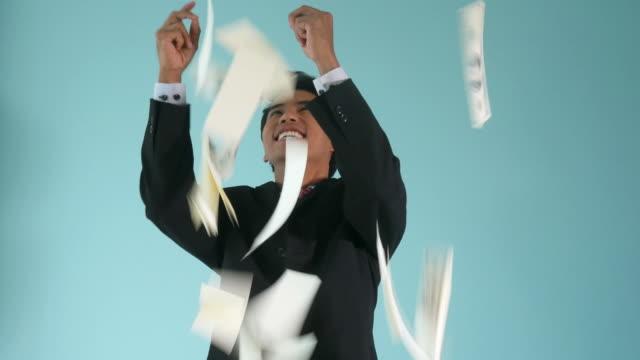 affärsman som räknar kontanta pengar, regn dollar - lotteri bildbanksvideor och videomaterial från bakom kulisserna
