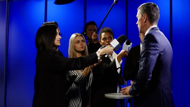 vídeos y material grabado en eventos de stock de hombre de negocios entrevista con reporteros de corte - periodista