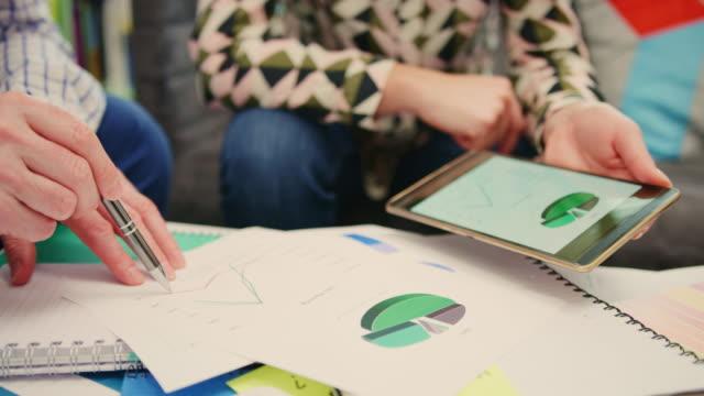 vídeos y material grabado en eventos de stock de planes empresario discutiendo financiera con su colega 4k - planificación financiera