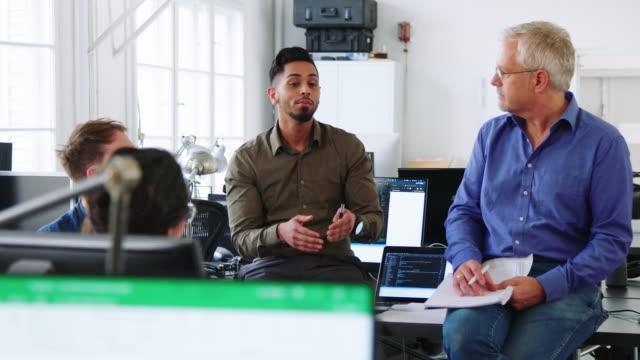 同僚と新しい戦略計画を議論するビジネスマン ビデオ