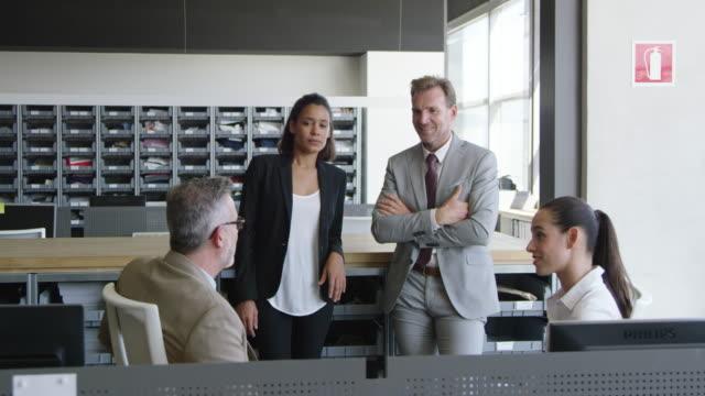 vídeos y material grabado en eventos de stock de hombre de negocios hablando con sus colegas de oficina - diez segundos o más