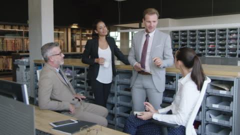 vidéos et rushes de homme d'affaires, discuter avec ses collègues de bureau - 20 secondes et plus