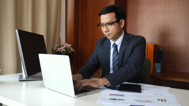 Businessman doing analysis planning business project in office. video