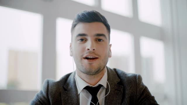 パートナーとのビデオ通話を行う実業家 - オンライン会議点の映像素材/bロール