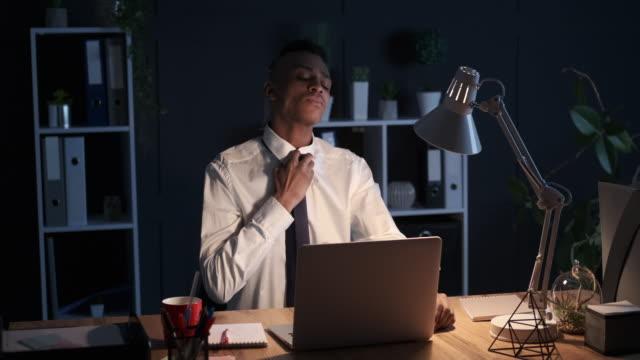 vídeos y material grabado en eventos de stock de empresario bebiendo café y trabajando en el ordenador portátil tarde en la noche - corbata