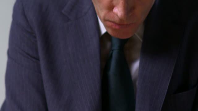 uomo d'affari molto arrabbiata - solo un uomo maturo video stock e b–roll