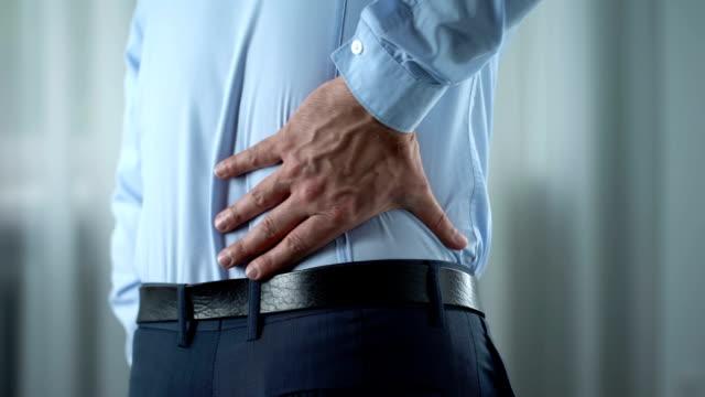 vídeos y material grabado en eventos de stock de empresario siente menor dolor de espalda, inflamación de nervios, riñones, trastorno - espalda partes del cuerpo
