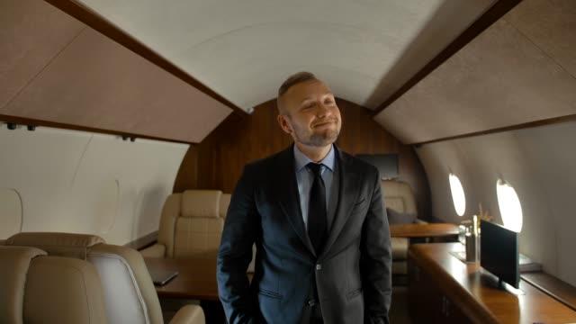 geschäftsmann fliegt mit seinem privatjet - billionär stock-videos und b-roll-filmmaterial