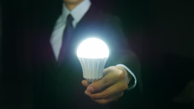 unternehmer geben eine vorstellung - led leuchtmittel stock-videos und b-roll-filmmaterial