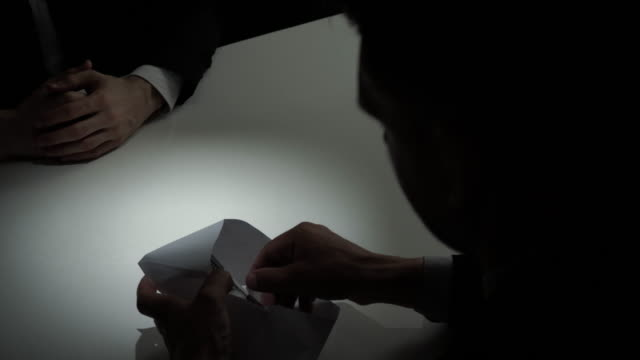 彼のパートナーに封筒で賄賂金米ドル上使を与える実業家 - 合意点の映像素材/bロール