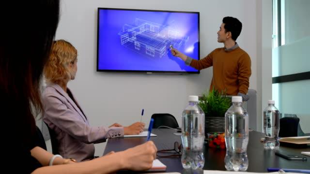 会議室 4 k でプレゼンテーションの実業家 - スタイリッシュ点の映像素材/bロール
