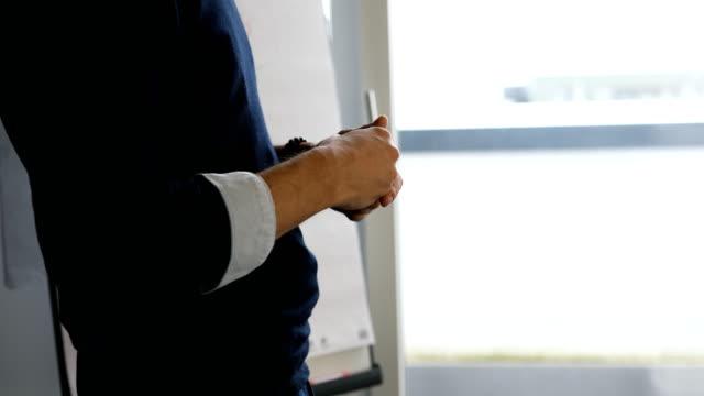 businessman giving presentation in meeting - gestykulować filmów i materiałów b-roll