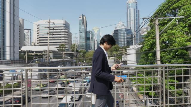 午前中に仕事に行くビジネスマン - 雇用と労働点の映像素材/bロール
