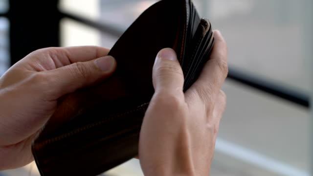 空の財布とお金がない、実業家の手は開いています。失業の概念 - 経済破綻点の映像素材/bロール
